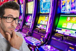 Person, die an Spielautomaten denkt
